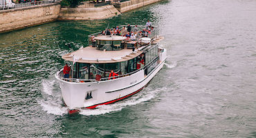 "Considering a cruise on the river boats ""Vedettes de Paris""? Then book a parking place in advance. in Parkingsdeparis"