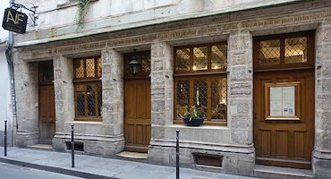 Book your parking space to have a lunch or dinner in the house of Nicolas Flamel, the oldest house in Paris ! in Parkingsdeparis